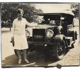 D1315 Femeie automobil epoca numar inmatriculare Bucuresti anii 1920