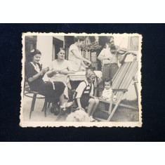FOTOGRAFIE DE FAMILIE IN CURTEA UNEI CASE , MONOCROMA, FORMAT MIC , DATATA 1939
