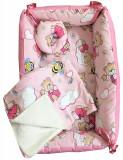Cumpara ieftin Reductor Bebe Bed Nest cu paturica si pernuta antiplagiocefalie Deseda Ursi cu albine pe roz