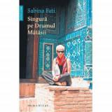 Singura pe drumul matasii, Sabina Fati
