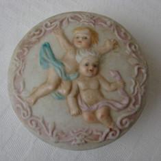Frumoasa bomboniera din portelan glazurat decorata cu doi ingerasi