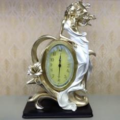 Statueta cu ceas clasic