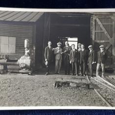 BELGIA , GRUP DE BARBATI IN FATA UNUI ATELIER , FOTOGRAFIE MONOCROMA , DATATA 1928