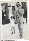 C772 Fotografie centru vechi Ploiesti 1935 barbat fumand si copil