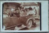 Grup in automobil de epoca, taran roman langa troita in fundal// foto