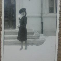Domnisoara cu capela de militar/ fotografie perioada interbelica