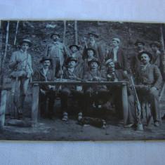 Impresionanta FOTOGRAFIE veche reprezentand grup de VANATORI, anii 1900
