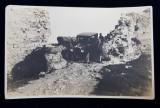 CUPLU CU MASINA DE EPOCA LA CALIACRA , FOTOGRAFIE TIP CARTE POSTALA , MONOCROMA, DATATA 1926 , COLTUL DIN STANGA SUS INDOIT *