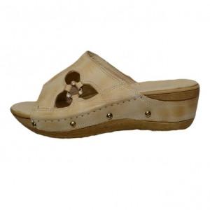Papuc din piele de culoare bej cu decupaj de motiv floral