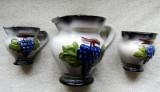 Cani de vin majolica compus din trei piese.Decor cu struguri in relief.Vintage.