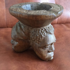 arta africana / scrumiera deosebita din lemn exotic cu capete de om !