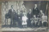 Portret de familie romaneasca din perioada interbelica// foto tip CP