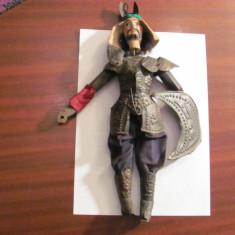 "CY - Marioneta mai veche ""Razboinic Oriental"" metal + lemn / lipsa arma (sabie?)"
