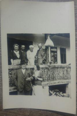 Fotografie de grup intr-un pridvor// Romania, 1944 foto