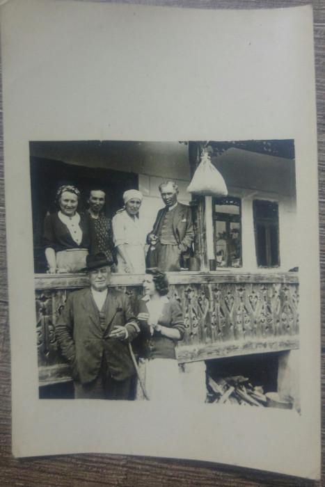 Fotografie de grup intr-un pridvor// Romania, 1944