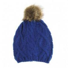Caciula albastra tricotata, cu mot pufos
