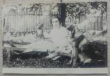 Domnisoara pe sezlong, in curte, cu caine// fotografie