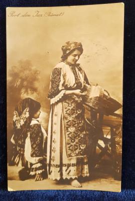 FEMEI IN COSTUME POPULARE DIN IAZ , BANAT , POZAND IN STUDIO , CARTE POSTALA ILUSTRATA , MONOCROMA , CIRCULATA , DATATA 1920 foto
