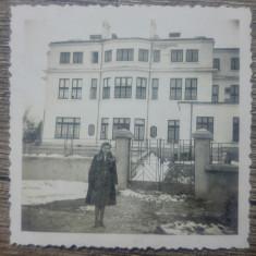 Tanara in fata unui imobil romanesc// foto perioada interbelica