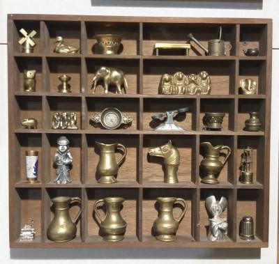 Vitrina miniaturi din bronz. foto