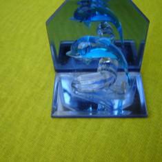 Suport de oglinzi si sticla cu delfin in acrobatie