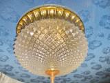 6534-Plafoniera mare metal auriu cu sticla gen cristal stare foarte buna.