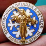 I.172 INSIGNA ROMANIA  SPARTACHIADA DE IARNA A FETELOR REGIUNEA STALIN BRASOV, Romania de la 1950