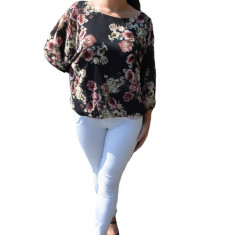 Bluza vaporoasa Melinda, cu imprimeu mini-rose, pe fond negru
