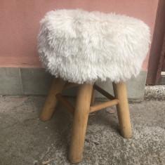 Scaun vechi,,din lemn ,rustic  tirolez,cu blana pe sezut