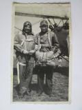 Foto 115x70 mm anii 30 cu aviatori militari romani/parasutisti langa un avion