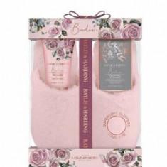 Set cadou Baylis & Harding Boudoire Velvet Rose & Cashmere (Sare de baie, 100 g + Lotiune pentru picioare, 140 ml + 1 x Pereche de papuci)