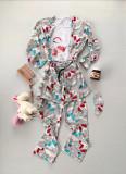 Cumpara ieftin Pijama dama ieftina gri cu roz compusa din halat, tricou si pantaloni lungi cu imprimeu Unicorn