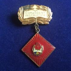 INSIGNA PIONIERI - COMANDANT INSTRUCTOR (fond rosu)