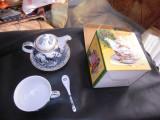 Set pentru servit ceaiul sau cafeaua din portelan, decorat manual