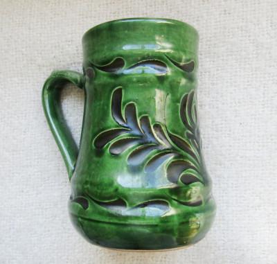 Ceramica Mezőtúr.Canceu de vin cu design de caprifoi sgrafitto.Vintage. foto