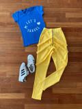 Compleu dama casual compus din pantaloni lungi galbeni cu bretele si tricou albastru Let's Travel