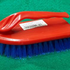 Perie pentru frecat, maner din plastic, culoare rosu cu albastru