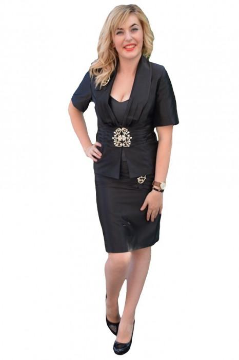 Costum de ocazie elegant, pe negru sau pe rosu, cambrat, din saten