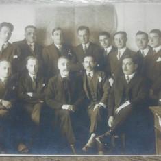 Fotografie de grup in birou, harta Romania mare in fundal// tip CP