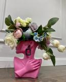 Vaza decorativa cu buchet din flori artificiale și cercel cu pietre albastre