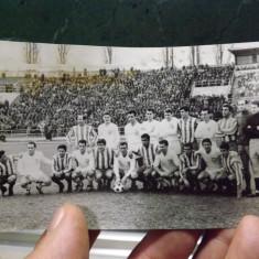 Foto cu echipa de fotbal Stiinta Cluj si Atletico Madrid 1965.