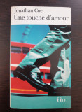 UNE TOUCHE D'AMOUR - Jonathan Coe (carte in limba franceza)