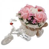 """Aranjament floral gravat personalizat cu textul tau trandafiri """"Bicicleta cu flori zambarete"""", flori de sapun, 22x15x12 cm"""
