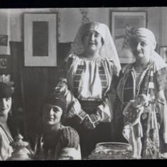 DOAMNE IN COSTUME POPULARE , POZAND IN INTERIOR , SOCIETATEA PRINCIPELE MIRCEA , FOTOGRAFIE MONOCROMA, PE HARTIE LUCIOASA , DATATA 1927