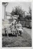 Copii in curte cu cismea Transilvania 1943