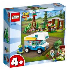 Set de constructie LEGO Juniors Vacanta cu rulota Toy Story 4