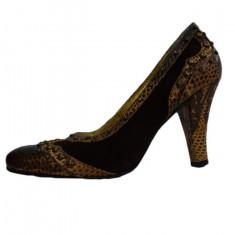 Pantof de zi, de culoare maro, decorat cu capse