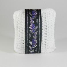 Pernuta crosetat manual cu motive traditionale Umplut cu flori de lavanda Alb 7 x 9 cm