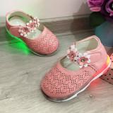 Cumpara ieftin Sandale roz cu lumini LED si floricele pantofi moi pt fetite 18 19 20, Fete