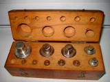 B207-Set greutati alama si bronz in cutie lemn.